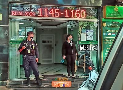 """Policías de la """"PRIMERA"""" protegen ACTIVIDADES ILEGALES en CDE"""