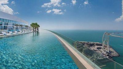 Se inauguró la piscina infinita más alta del mundo