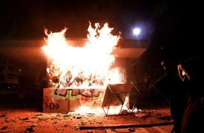 Intentaron quemar vivos a 10 policías en un CAI en Bogotá durante las movilizaciones