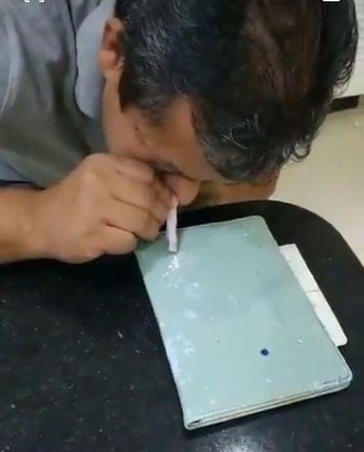 Viralizan video del padre del intendente Prieto inhalando un polvo blanco y él dice que era un medicamento