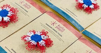 La Nación / Mujeres privadas de libertad proponen distinguidas escarapelas tricolores de ñandutí