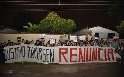 Docente de la UNA admite culpabilidad en caso de coacción sexual y alumnas piden su destitución