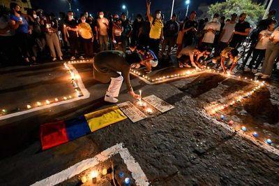 """Las protestas en Colombia se mantienen vivas al grito de """"no más violencia"""""""