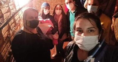 La Nación / Dos hermanas solidarias cuidaron a recién nacida mientras la mamá se recuperaba del COVID-19