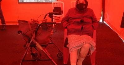 La Nación / Abuela chilena de 82 años se vacunó tras negativa de Salud Pública y de esperar horas