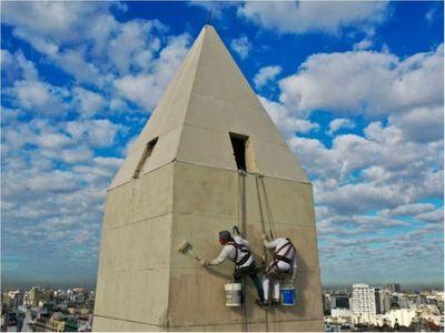 Paraguayos son los encargados de pintar el Obelisco de ashá