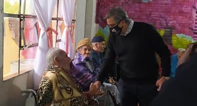 Gobernador visitó el Hogar de Ancianos en Natalicio Talavera para brindarles asistencia
