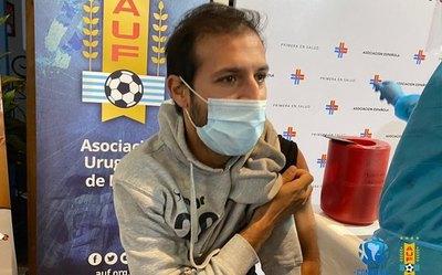 Versus / Paraguay y Uruguay los primeros países en vacunar a futbolistas
