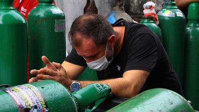 """Oxígeno: activan de urgencia planta de Villa Elisa y acusan de """"criminal"""" a empresa privada"""