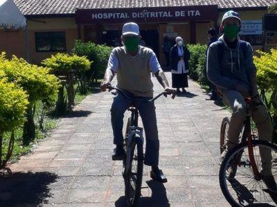 COVID: Abuelo de 75 años llegó a vacunatorio pedaleando una bici