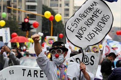 Fuego cruzado: Colombia sumida en una crisis profunda