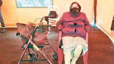 Crónica / Abuela chilena esperó 6 horas para vacunarse