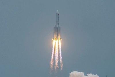 """China considera """"altamente improbable"""" que los restos del cohete causen daños"""