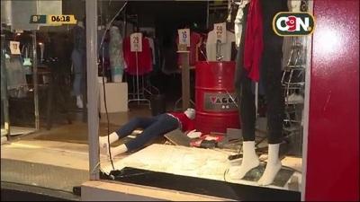 Ladrón 'religioso' rompió vidrio templado de un local comercial y fue detenido