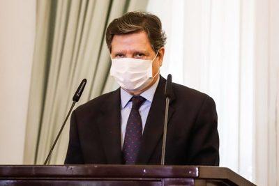 Acevedo afirma que extranjeros con o sin cédula paraguaya tienen que ser vacunados contra el COVID