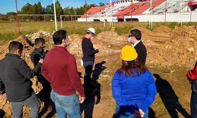 """Obras no avanzan en el Ovetenses Unidos. """"Es una vergüenza el estado en la que se encuentra el estadio"""", dice Beto Ovelar – Prensa 5"""