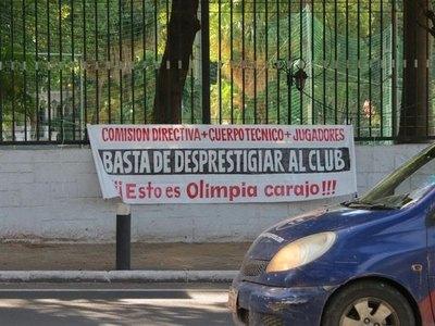 'Basta de desprestigiar al club', el reclamo de los hinchas de Olimpia
