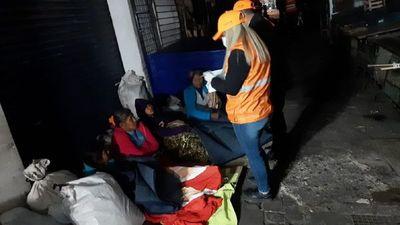 SEN asiste a personas en situación de calle con colchones y frazadas