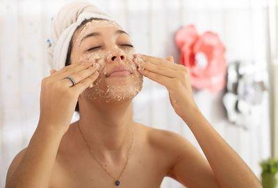 Máscara facial de avena y cúrcuma para calmar la inflación de pieles sensibles