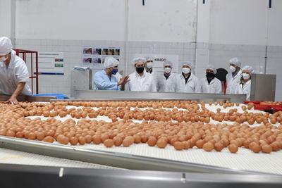 """Ministro del MIC visitó complejo avícola y destacó """"inmensa labor social"""" que realiza la empresa"""