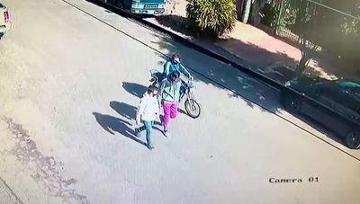 Delincuentes abandonan motocicleta robada tras asaltar metalúrgica