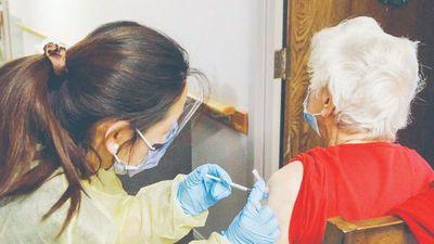 COVID: Abuelos que fueron a vacunarse figuraban como fallecidos