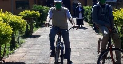 La Nación / Con 75 años y pedaleando don Carlos llegó hasta vacunatorio COVID-19