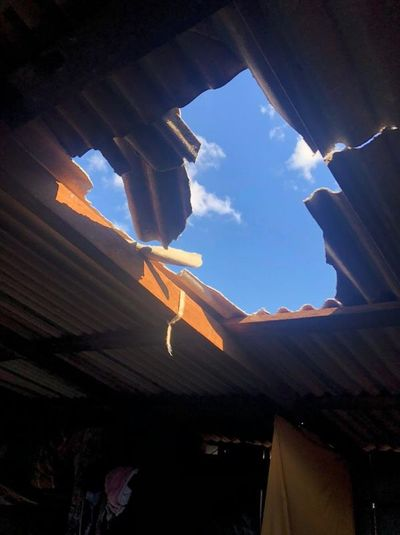 Adolescente subió al techo de su casa y cayó