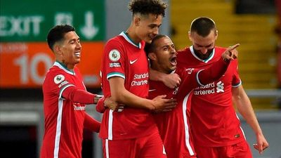 Liverpool gana y se acerca a la Champions League