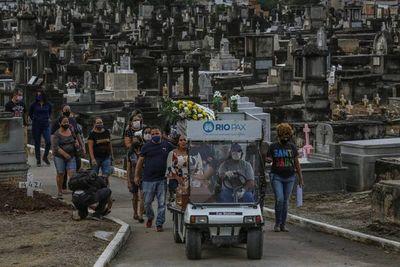 Brasil notifica 2.202 nuevas muertes por covid y supera las 420.000 en total