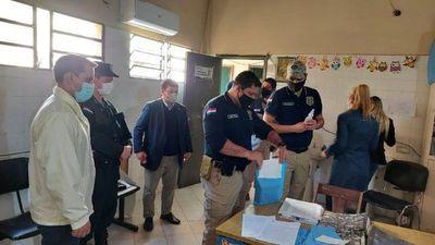Fiscalía incauta télefonos celulares de vacunadores en Hospital de Calle'i
