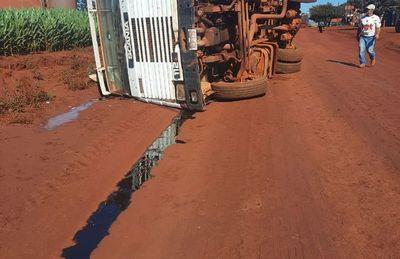 Conductor sale ileso tras vuelco de camión
