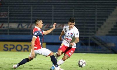 Nacional frena a Cerro Porteño en un partido con polémico arbitraje