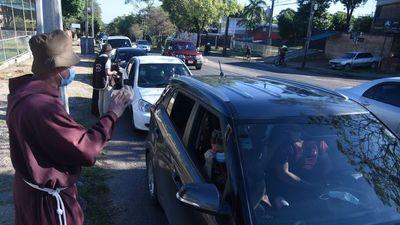 Capuchinos bendicen autos e instan a conductores a no beber