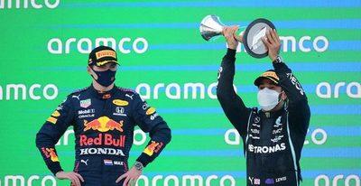 Hamilton festeja frente a Verstappen y se aleja en el campeonato