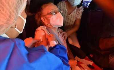¡El colmo! Abuelitos fueron para vacunarse y figuraba como muertos