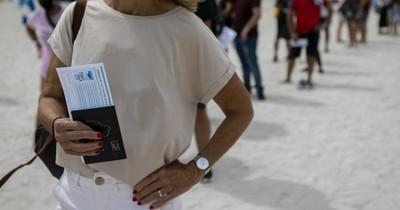 La Nación / Turismo de vacunas: latinoamericanos invaden Miami Beach