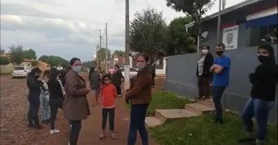 """La Nación / Vecinos defienden a policía que """"corrigió"""" a jóvenes infractores del decreto"""