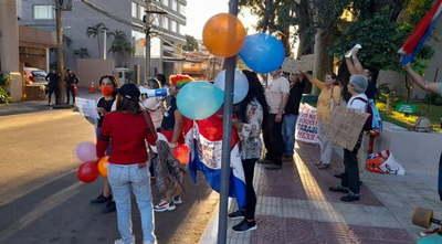 Escracharon a la senadora Lilian Samaniego durante su festejo de bodas