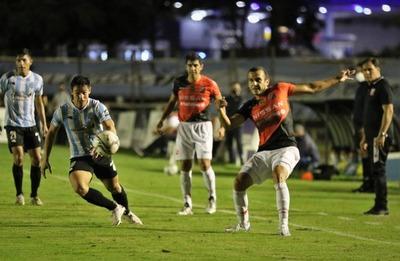 """Guaireña FC y River Plate igualaron sin goles en el """"Parque""""."""