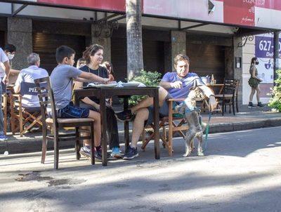 Hubo masiva concurrencia en locales gastronómicos con mesas en las calles · Radio Monumental 1080 AM