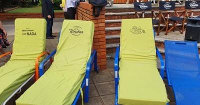 La Nación / Mediante 800 sillones donados, piden a familiares de internados no rendirse