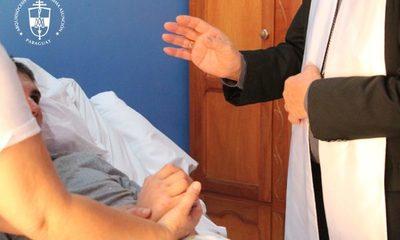 """""""Su vida es un milagro"""", dijo Monseñor tras visitar a sobreviviente de accidente aéreo"""