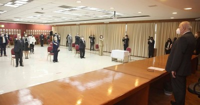 La Nación / Miembros del Tribunal de Ética Judicial prestaron juramento ante ministros de la Corte