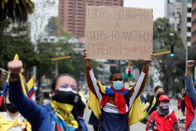 Lucas Villa, baleado en una protesta pacífica en Colombia, tiene muerte cerebral
