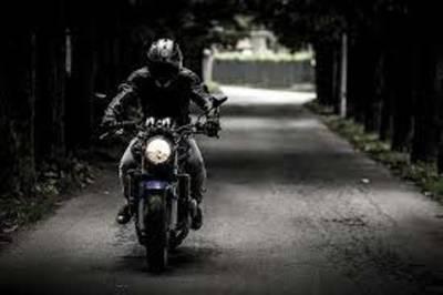 """Video: la estupidez anda en moto, pase y vea esta pareja que se hizo """"pelota"""" desafiando a la muerte"""