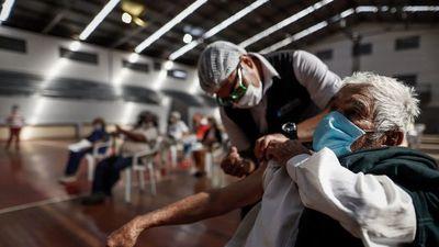 Vacuna contra Covid-19 y gripe ilusiona, mientras América quiere más inmunidad