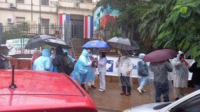 Pese a lluvias, enfermeros se manifiestan para reiterar múltiples reclamos