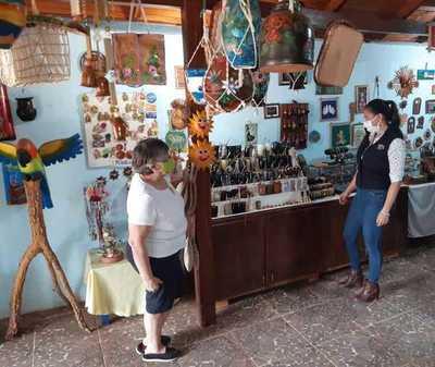 Exclusivas artesanías son elaboradas por clienta del CAH en Coronel Bogado