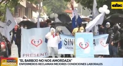 Enfermeros y funcionarios protestan por mejores condiciones laborales